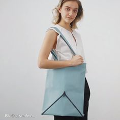 These Foldable Bags Transform Into Different Styles In Seco Leather Bags Handmade, Handmade Bags, Leather Craft, Diy Fashion, Fashion Bags, Fashion Design, Origami Bag, Techniques Couture, Moda Chic