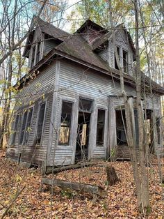 Old Abandoned Buildings, Abandoned Property, Abandoned Mansions, Old Buildings, Abandoned Places, Creepy Houses, Spooky Places, Old Farm Houses, Old Barns