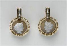 Parures et bijoux des musées nationaux de Malmaison et du palais de Compiègne, notice - Paire de boucles d'oreilles rondes avec camées sur coquille