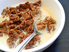 This rich oatmeal is made with a rich, gingerbread flavored custard and baked in the oven. Gingerbread baked oatmeal tastes like a dessert. Healthy Breakfast Choices, Vegetarian Breakfast, Breakfast Time, Best Breakfast, Diy Snacks, Healthy Snacks, Food Obsession, Baked Oatmeal, Clean Eating Recipes