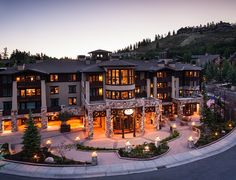 The Chateaux Deer Valley (Park City (Utah)) - Deer Valley Ski Resort is adjacent to this hotel. A shuttle bus is available around the Park City area and covered parking is offered. A fireplace is available in each lodge-inspired rooms. Dream House Exterior, Dream House Plans, Big Houses Exterior, Dream Home Design, Modern House Design, Style At Home, Dream Mansion, Mansion Interior, Luxury Homes Dream Houses