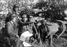 Танкисты подразделения старшего лейтенанта Н. Быстрова на рекогносцировке местности у танка Т-26 под Смоленском
