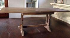 Landhaus/ Klostertisch: 81 cm breit, 198 cm lang, 85 cm hoch, handgefertigte Weichholzplatte in der Stärke 3,5 cm, massives Tischgestell aus EicheRustikal mit romantischen Schnörkeln.Dieser Tisch ist mehr als eine Ablagefläche oder ein Ort, um zu essen. Er ist das Zentrum Ihres Raumes, ist der Lebensmittelpunkt Ihrer Familie. Dieser Tisch ist aus Massivholz und besitzt ein Antik-Finish. Dieses verleiht ihm eine wunderschöne Patina und gewünschte Abnutzungsspuren. Dieses rustikale Design…