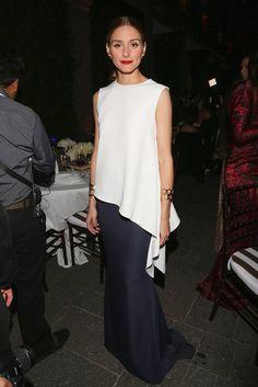 """Zur """"House Of Herrera-Gala"""" kombinierte Olivia Palermo eine weiße asymmetrische Bluse und einen marineblauen Abendrock mit geometrischem Bund von Carolina Herrera."""