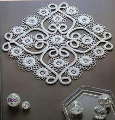 Looks like a combination of Romanian Point Lace and Crochet Filet Crochet, Crochet Motifs, Freeform Crochet, Irish Crochet, Crochet Doilies, Crochet Crafts, Crochet Flowers, Crochet Lace, Crochet Projects