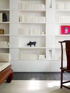 #DIY : 5 idées originales pour ranger ses livres et magazines... Les recouvrir de papier blanc pour un look minimaliste très chic | @decocrush (http://www.decocrush.fr)