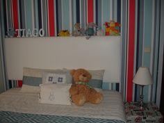 Quarto do Tiago - cabeceira da cama e papel de parede