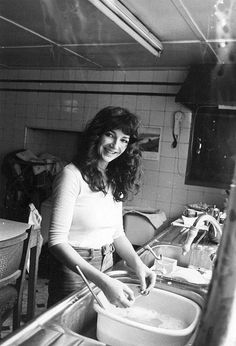 English singer-songwriter and musician Kate Bush doing the washing up at her family's home in East Wickham, London, September (Photo by Chris Moorhouse/Evening Standard/Hulton Archive/Getty Images) Uk Singles Chart, Female Singers, Her Music, Record Producer, Music Artists, Celebs, Beautiful, Musicians, 1970s Aesthetic