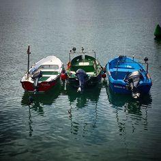 Sobre las olas azules del mar en frágil barca se fué el pescador la blanca estela de su corazón deja muy triste a su amor. Sus pensamientos vuelan cual ave fugaz y en éxtasis profundo con ansias de amar el alma dolorida no puede llorar. #barca #barcas #barriopesquero #santanderdiadia #santander #igersantander #cantabriasan #cantabriayturismo #Cantabria_y_turismo #cantabricamente #cantabriainfinita #igerscantabria #cantabria #turismo #estaes_cantabria #estaescantabria #cantabriapaísdelagua…