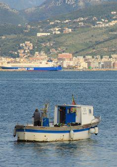 Barca da pesca di fronte a Salerno