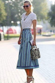 A clássica estampa de listras permanece para o verão 2017 como uma das favoritas. Chic Outfits, Trendy Outfits, Fashion Outfits, Fashion Trends, Style Fashion, Modest Fashion, Skirt Fashion, New Year Look, Top Street Style