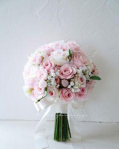 """@weddingbouquet.jp on Instagram: """". . おはようございます☀ 週末は造作ブーケ専門講座第5回目でした。 . 皆さまとても興味を持って待ってた ウェディングブーケ.jp独自の クラッチブーケの作り方、でした。 . 3つのクラスそれぞれ いろんな技法を使って 素敵な秋のコスモスクラッチブーケを作られました。…"""" Wedding Brooch Bouquets, Rose Wedding Bouquet, Bride Bouquets, Wedding Flowers, Red Rose Bouquet, Bridal Shower Flowers, Pastel Flowers, Garland Wedding, Wedding Flower Arrangements"""