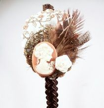 Diadema Bixut- Camafeo, plumas, flores de tela , lazos y piezas de metal. Hair, Fabric Flowers, Feathers, Fascinators, Head Bands, Hair Bows, Strengthen Hair