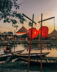 Coucher du soleil à Hoi An avec ses emblématiques lanternes qui décorent le paysage dès la tombée de la nuit. So Vietnam Travel vous offre 10% de réduction pour un séjour au Vietnam en août ou septembre, contactez-nous pour organiser votre voyage! 📸 Crédit photo iamzhayla
