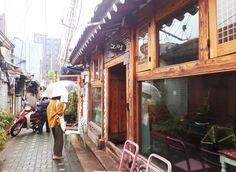 가랑비 내리는 날의 서울나들이...어찌어찌 하다 종로 익선동 한옥마을에 왔네요. 이 거대한 도시 한 가운데 이렇게 좁은 골목과 낮은 추녀의 집들이 남아 있었다니...새롭게 문을 연...