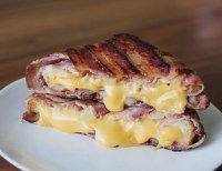 Bacon tostadinho com queijo grelhado