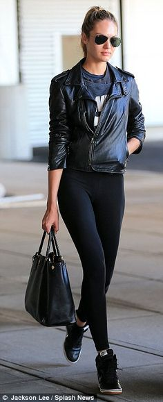 No first class treatment! Victoria's Secret star Candice Swanpoel is just an ordinary girl as she waits at the baggage carousel | Mail Online