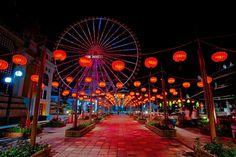 """Địa chỉ Công viên Asia Park nằm ở đâu?  """"Công viên Asia Park nằm ở đâu?"""" – là một trong những câu hỏi được nhiều du khách đặt ra khi đến tham quan thành phố Đà Nẵng. Tọa lạc tại vị trí trung tâm thành phố với quy mô đầu tư lên đến hơn 10.000 tỷ đồng do tập đoàn Sun Group là chủ đầu tư, công viên Asia Park là một trong những khu công viên văn hóa giải trí hàng đầu Việt Nam cũng là một trong những điểm du lịch ở Đà Nẵng thu hút không ít khách du lịch trong và ngoài nước."""