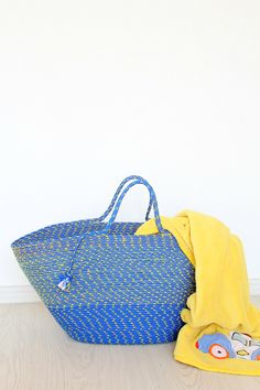 DIY rope bag - Use your basic sewing skills and some humble rope to build a fabulous bag with this easy to follow rope bag sewing tutorial. Perfect for the beach, market or picnics!