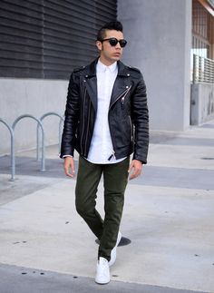 This combination of a black leather biker jacket and olive chinos is hard proof that a safe off-duty look doesn't have to be boring. White leather low top sneakers tie the outfit together. Sneaker Outfits, Sneakers Outfit Men, Leather Jeans Men, Black Leather Biker Jacket, Leather Jacket Outfits, Olive Chinos, Green Chinos, Jeans En Cuir, Best Leather Jackets