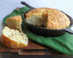 No knead skillet bread with rosemary and an optional roasted garlic butter recipe to go with it. Stove Top Recipes, Oven Recipes, Cooking Recipes, Skillet Recipes, Bread Machine Recipes, Bread Recipes, Roasted Garlic Butter Recipe, Cast Iron Bread, Recipes