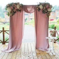 Stunning and economical idea for the religious ceremony. Una idea super económica para la ceremonia religiosa: telas en rosa viejo y flores.