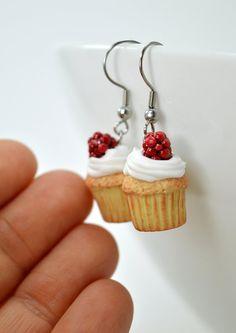 Cups-cakes à la chantilly et framboise en polymère, boucles d'oreilles gourmandes, bijou sucré, bijou en polymère fimo, cupcakes…