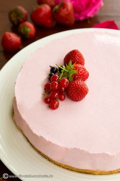 cheesecake-cu-capsune-si-iaurt-0 Panna Cotta, Cheesecake, Snacks, Ethnic Recipes, Desserts, Food, Tailgate Desserts, Dulce De Leche, Appetizers