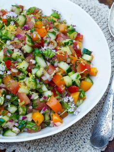 Tomat- og agurksalat med mye annet godt Salad Recipes, Tapas, Nom Nom, Food And Drink, Cooking Recipes, Ethnic Recipes, Drinks, Board, Tomatoes