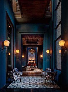 intérieur grande maison bleu pétrole, peinture murs de couloir bleu paon