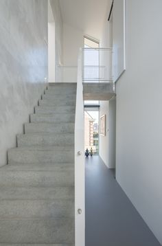 Prefab betonnen trap met wand in leemstuc-woonhuis Leidsche Rijn-Architect2GO Interior Stairs, Home Interior Design, Beautiful Architecture, Interior Architecture, Hallway Inspiration, Modern Prefab Homes, Stairways, Building Design, Ideal Home