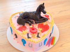 Hartvormige taart van biscuitdeeg gevuld met chocolademousse. Paardje gemaakt met hulp van youtube filmpje 'How to make a unicorn' door Artisan Cake Topper.