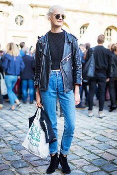 7. Crie uma produção vintage supercool com o modelo queridinho do momento: mom jeans. Ah, garimpar no armário da sua mãe tá mais que liberado!