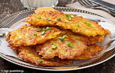 Golden, crispy fried German potato pancakes are a real treat and something Germans miss when they move away. Eating freshly made potato pancakes with apples Potato Dishes, Potato Recipes, Vegetable Recipes, Pancake Recipes, Batata Potato, Top Recipes, Cooking Recipes, German Potato Pancakes, Traditional German Food
