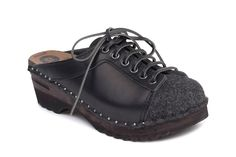 Lebowski Clogs in black leather and felt, made on black soles. The clogs come with a laced front that can be adjusted for optimal fit.