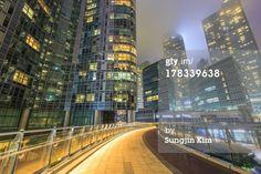 Lizenzfreies Bild: High rise buildings viewed from overpass