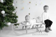 Kinderfotografie, Fotografie, Studio, natürliches Licht, Kinderfotos, Fotos, Kinder, Weihnachten, Geschwister, Geschwisterbild, Schlitten, Weihnachtsbaum, Kugeln, Sterne