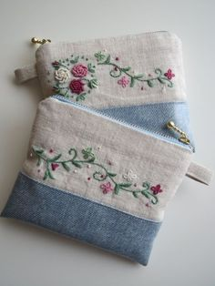 Denim bag and synthetic details. Super beautiful, can … – All Bag Models Embroidery Purse, Embroidery Stitches, Embroidery Patterns, Machine Embroidery, Sewing Patterns, Felt Patterns, Bag Patterns, Handmade Handbags, Handmade Bags