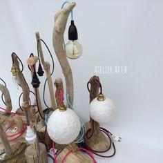 lampes en bois artisanales et câbles textiles colorés.