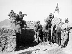 MARRUECOS GUERRA DE ÁFRICA.- Un oficial y varios soldados observan desde un blocao las posiciones en