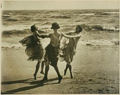 Turn of the Century, Arnold Genthe ~ Isadora Duncan 1915 Isadora Duncan, Vintage Photographs, Vintage Photos, Vintage Postcards, Three Sisters, Modern Dance, Am Meer, Lets Dance, Old Photos