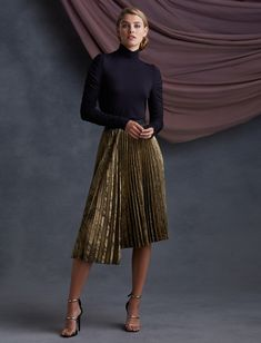 Sweater Skirt Outfit, Blouse And Skirt, Skirt Outfits, Classy Outfits, Chic Outfits, Trendy Outfits, Metallic Pleated Skirt, Black Pleated Skirt Outfit, Pleated Midi Skirt