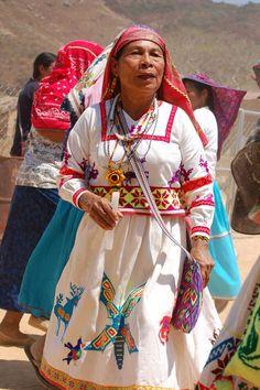 Las mujeres visten tradicionalmente una falda y una camisa bordada, dos morrales, un quexquemetl, un pectoral de chaquira, aretes y una banda para la cabeza. - See more at: http://culturacolectiva.com/trajes-tipicos-de-la-republica-mexicana/#sthash.MmBH0zLV.dpuf