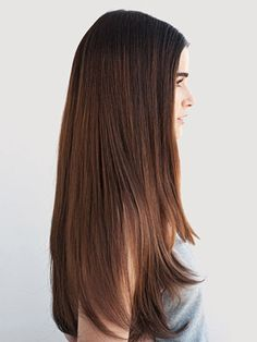 Frizz occurs when hair is exposed to humidity. Here's how to get super sleek and shiny hair. (Shiny Hair Tips) Sleek Hairstyles, Pretty Hairstyles, Straight Hairstyles, Brunette Hairstyles, Updo Hairstyle, Bride Hairstyles, Hairstyle Ideas, Frizz Free Hair, Strawberry Blonde Hair