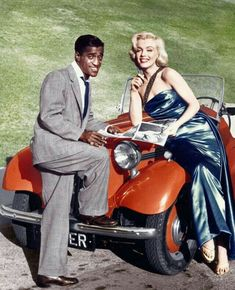 Marilyn and Sammy Davis Jr. Vintage Hollywood, Hollywood Glamour, Classic Hollywood, Rare Marilyn Monroe, Marilyn Monroe Photos, Divas, Cinema Tv, Sammy Davis Jr, Farrah Fawcett