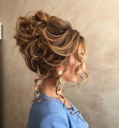 Messy bridal hair updo,messy wedding hair updo - charming wedding hairstyles for naturally curly hair. Girls with straight locks usually