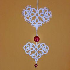 Srdíčka 2 frivolitkovaná srdíčka celková velikost cca 8,5 cm, velikost srdíček 3 a 3,5cm cena za jeden kus silně natužená, k zavěšení