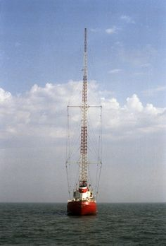 The tallest antenna ever built on a ship: Radios, Nautical Painting, Ham Radio Antenna, Free Radio, 1970s Childhood, Old Time Radio, Tv On The Radio, Kinds Of Music, Old Pictures