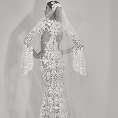 Elie Saab dévoile enfin une deuxième collection nuptiale !  Fidèle à son amour de la couture @eliesaabworld a révélé une superbe collection de robes de mariée pour lautomne.  Avec de la dentelle en abondance détaillant les délicates paillettes et des cascades de tulle explorez quelques-uns de ces nouveaux styles en garde robe nuptiale de la maison libanaise.  www.fraisesucree.com  #weddingdress #wedding #weddingday #weddings #weddingparty #weddinghair #fashionista #fashion #fashionweek…
