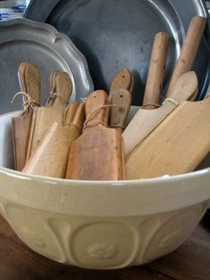 Old wood butter pats, vintage stoneware bowl, and pewter - Nice! Primitive Kitchen, Primitive Antiques, Old Kitchen, Primitive Decor, Wooden Bowls, Wooden Spoons, Butter Molds, Country Decor, Country Life